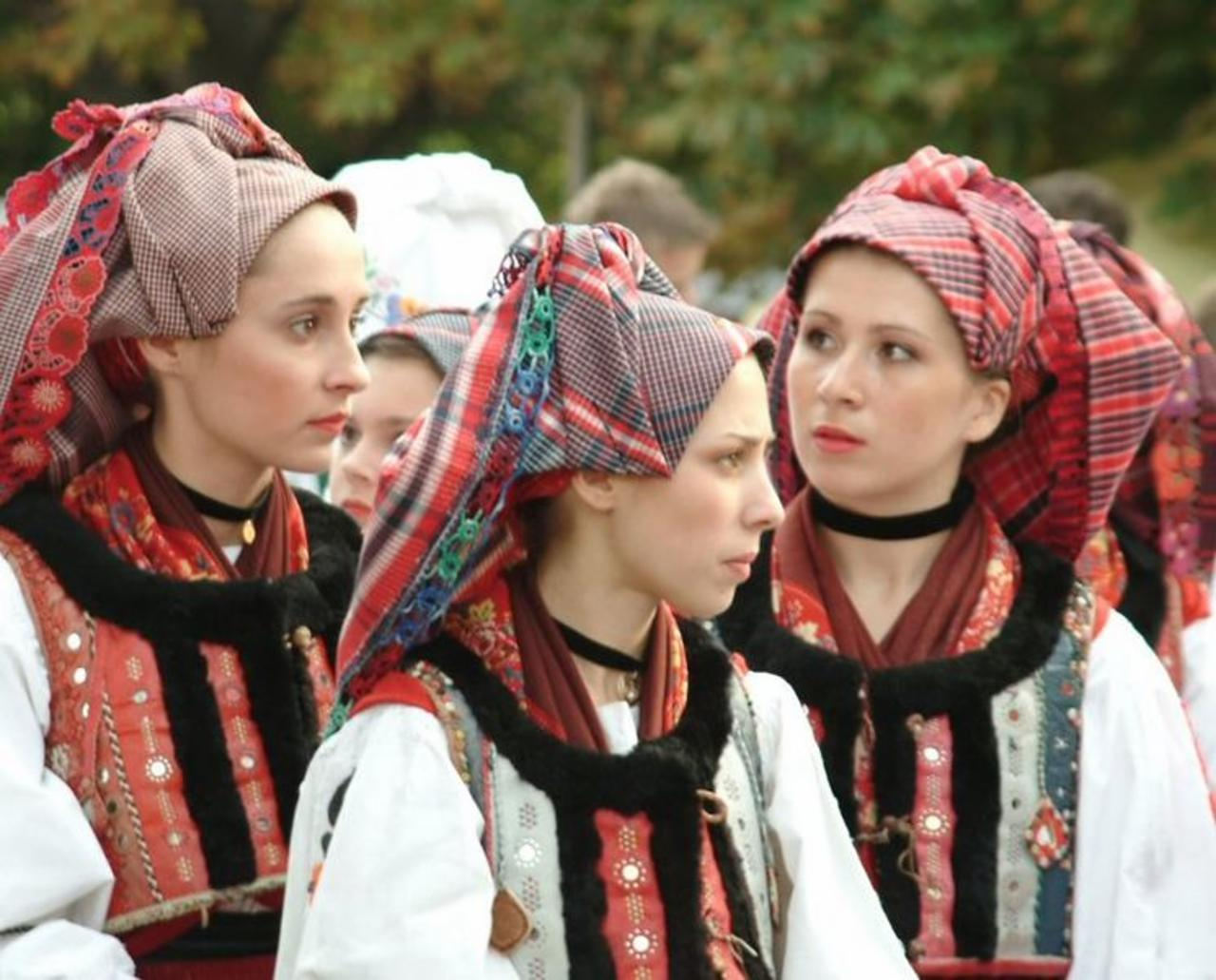 Croatian_girls_in_folklore_costume_in_Hungary